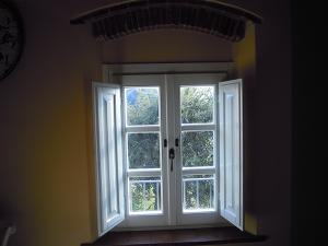 finestra-in-legno-2-ante-bianco-con-traversi-alla-toscana-e-scuroli