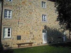 finestre-in-legno-bianco-2-ante-con-traversi-alla-toscana-e-scuroli-(2)