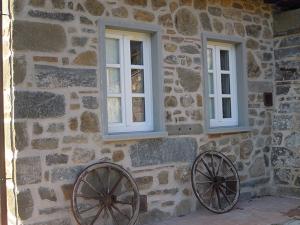 finestre-in-legno-bianco-2-ante-con-traversi-alla-toscana-e-scuroli