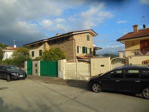 finestre-in-legno-bianco-e-persiane-di-legno-verde