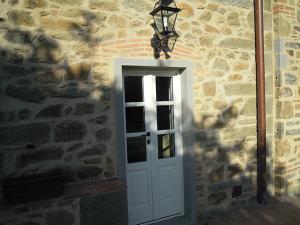 porta-finestra-2-ante-in-legno-bianco-con-traversi-alla-toscana-e-bozza-inferiore